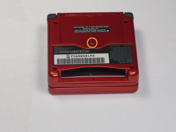 Utilisez un tournevis cruciforme #00 pour desserrer la vis de 4mm qui tient le cache de batterie en place.