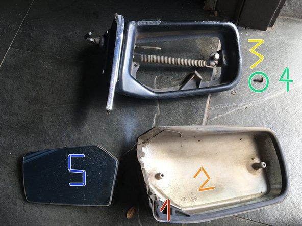 El armado del espejo se efectúa de modo inverso: Colocar el burlete  1   en la carcasa cromada, 2. Juntar ambos con el cuerpo de aluminio negro 3.  Fijar con tornillos cruz 4.   Deslizar el cristal 5, al brazo pivote o track, y presionar para que el pin metálico encastre en el soquete plástico