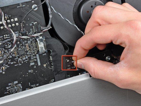 Débranchez le connecteur du capteur thermique du lecteur optique de sa prise sur la carte mère en le tenant bien droit.