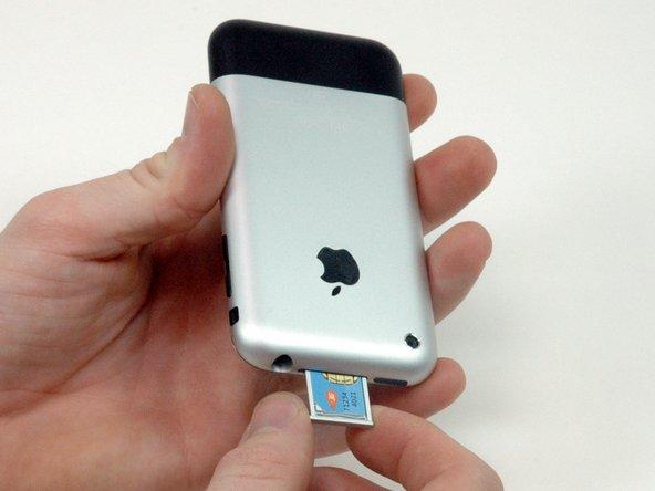 Ziehe den Einschub für die SIM Karte aus dem iPhone heraus.