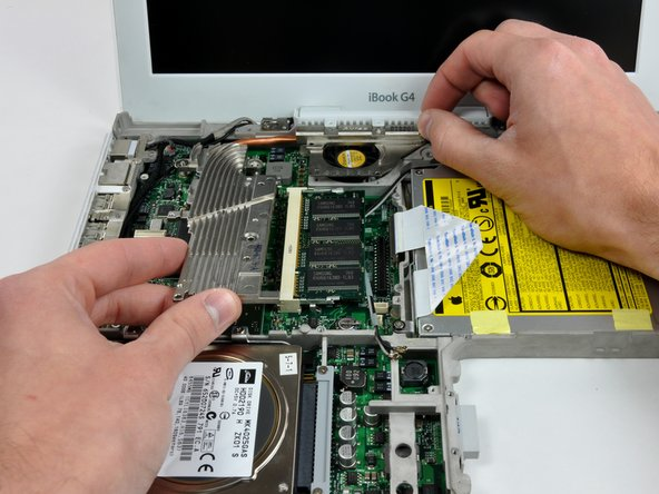 Grasp the heat sink in one hand and lift up the hinge grill in the other hand so that you can remove the heat sink from the computer.