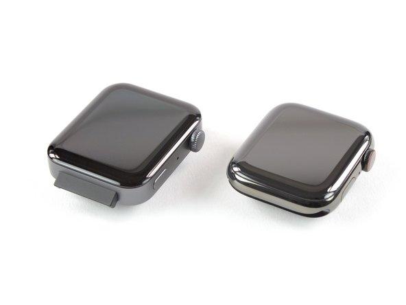 Vergleichen wir die beiden mal ein bisschen genauer, wir wollen ja nicht versehentlich ein Stuntdouble zerlegen. Links die Mi Watch, rechts die Apple Watch Series 5.