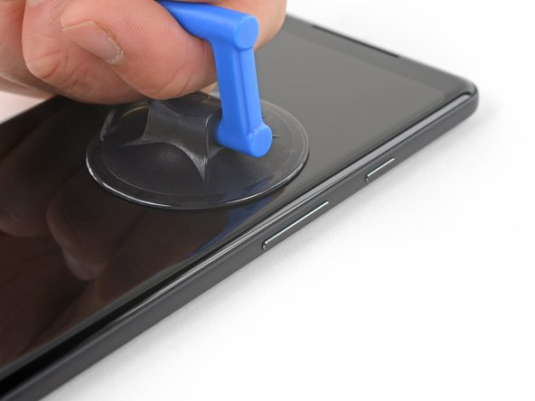 用稳定持续的力向上拉吸盘,然后在屏幕和后壳的缝里插入一个撬片。