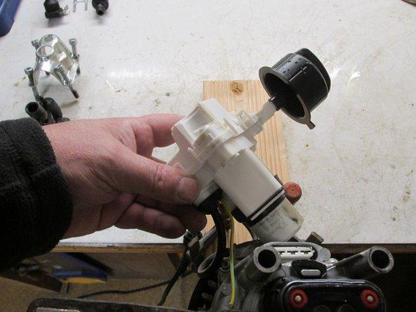 Der E-Kasten kann nun nach oben abgezogen werden. Der Schutzleiter muss vom Gehäuse abgeschraubt werden. Man kann den E-Kasten auch auseinanderbauen indem man die Klipphalterungen aufdrückt und die Haube dann enfernt, so kommt man an das Innenleben. Der E-Kasten kommt jedock komplett, so dass dieser dann ersetzt werden kann.