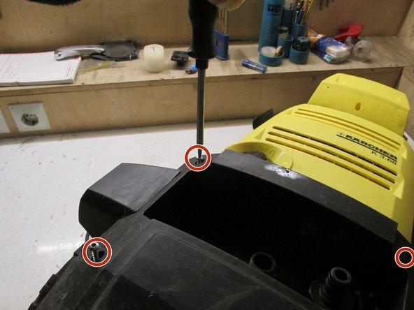 Remove the four marked Torx TX16 screws, then remove the screws from the small side cover. The small lid can be removed then sideways. He is fitted on one side, this is done the bumper can be removed.
