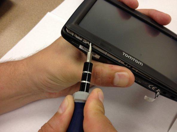 Utilizzare un cacciavite a punta piatta o uno spudger per aprire il frontalino.