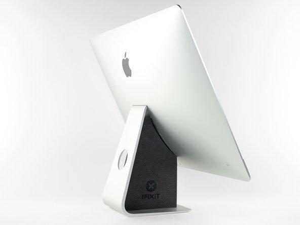Wenn sich das Gelenk frei bewegen kann, ist der iMac schlecht ausbalanciert und es lässt sich schlecht an ihm arbeiten. Du kannst es, wie im Folgenden gezeigt, reparieren, es ist aber schneller und einfacher, wenn du eine   iMac Reparaturhilfe verwendest.