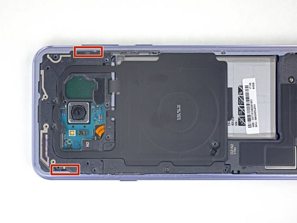 Die kabellose Ladespule und Antenneneinheit wird noch mit kleinen Plastikklammern festgehalten.