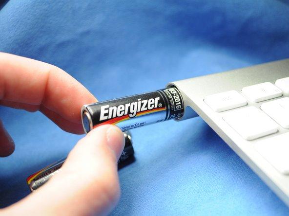 バッテリーケースに2本の交換用単三乾電池を入れてください。(前世代のキーボードは3本の乾電池が必要です)+と−を確認して正しい方向に乾電池を配置するよう確認してください。