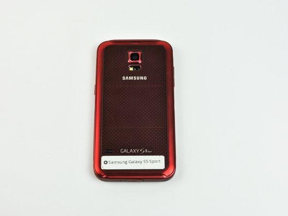 Retirez le boîtier arrière du téléphone en utilisant l'encoche située en haut.