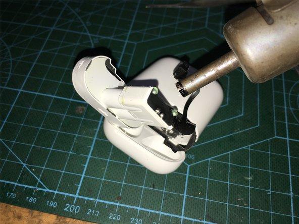 加热充电触点底座后,用手术刀划开,粘接的部件,进一步松动,最后从底部撬开取出