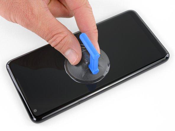 如果你的屏幕玻璃碎了,在修理前要用胶带完全覆盖住屏幕防止更进一步损坏屏幕,也防止你自己被划伤.这样也能让屏幕表面平滑,吸盘更容易吸得更牢。