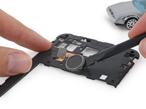 Piggybacking on the midframe, we find the Touch ID Nexus Imprint fingerprint reader.