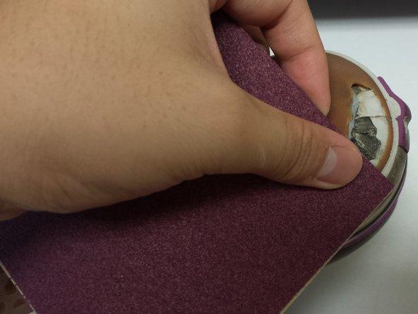 Gebruik schuurpapier met een korrelgrootte van 120 om de randen van het gat iets op te ruwen.