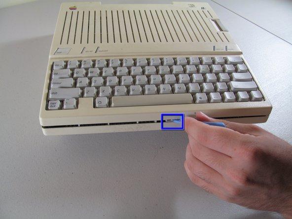 Sgancia la clip spingendola verso l'interno usando lo strumento di apertura in plastica.