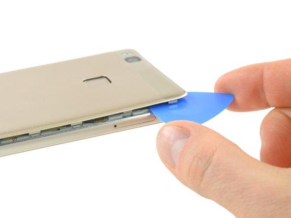 C'è dell'adesivo sotto la cover posteriore che la tiene fissata alla batteria e alla piastra metallica nella parte superiore.