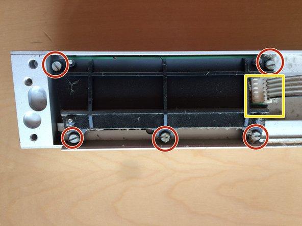 Das Flachbandkabel vom Schalter zum Display abziehen und die 5 Schrauben lösen.