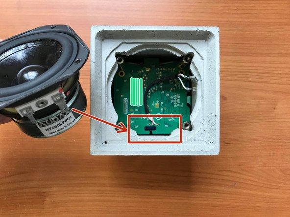 Connecter le haut-parleur comme à l'étape 3. Faire attention à bien placer les connecteurs du haut parleur sur le côté de la coque en béton comprenant une encoche