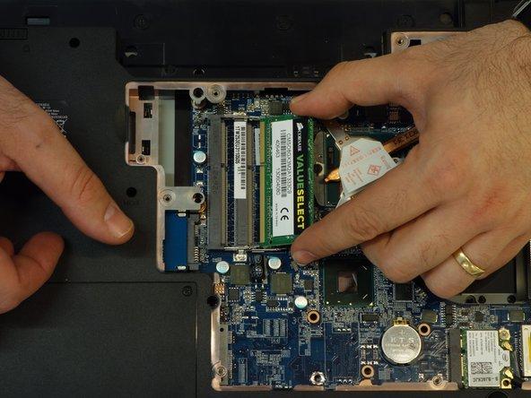Retirer la barrette de son connecteur en tirant de manière symétrique dans l'axe de celui-ci.