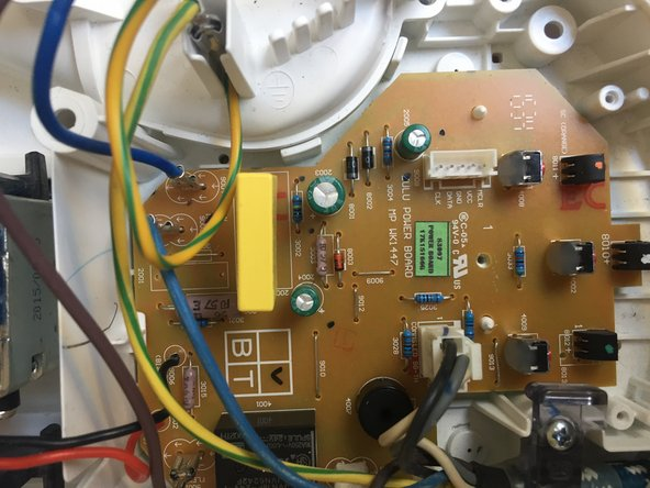 L'appareil est équipée d'un circuit imprimé (PCB) situé dans le socle du réservoir. Le fonctionnement de l'appareil est confié à un microcontrôleur (rep15)(PIC16F1820)  Celui-ci gère les entrées-sorties de l'appareil raccordées aux différents éléments, sonde, capteur, pompe, panneau de commande afin d'assurer la chauffe du fer et le débit de la vapeur.