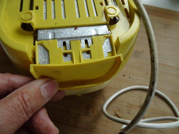 Lege den Toaster mit der Oberseite nach unten auf die Arbeitsfläche.