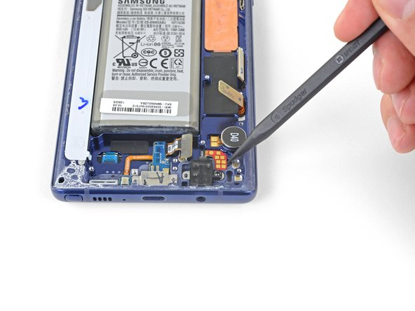 Insert the tip of a spudger into the notch next to the headphone jack contact points.