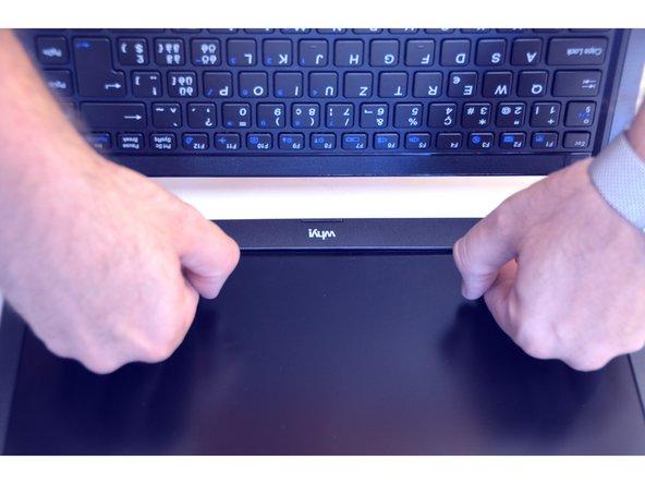 Insérer délicatement l'ongle entre le cadre de l'écran et la vitre de l'écran.