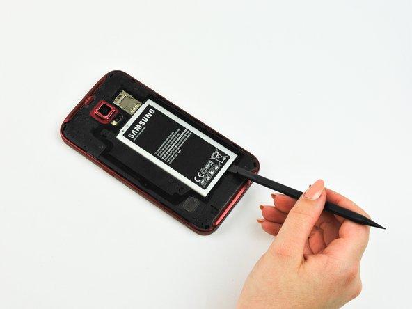 Soulevez la batterie en utilisant un spudger en plastique ou un ongle.