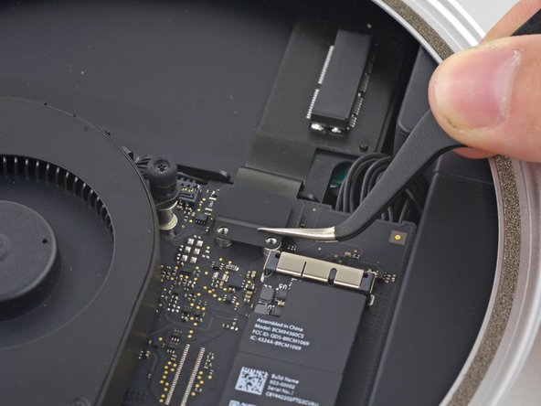 Remove the PCIe SSD cable bracket.