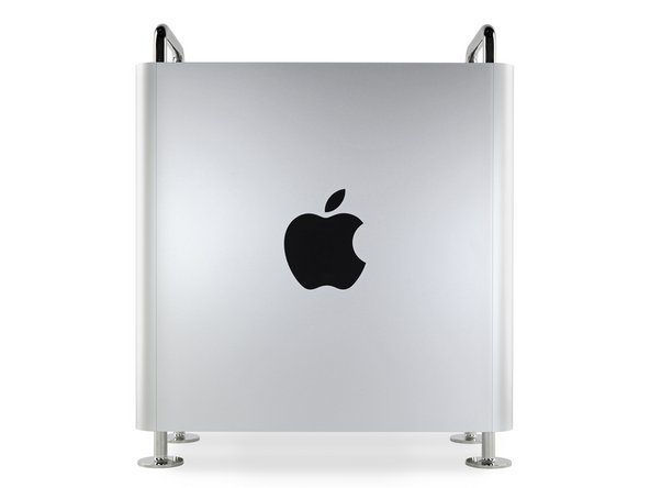 Von der Seite her gesehen ist der Mac Pro so Apple wie möglich. Riesiges Logo? Check. Kalter, harter Edelstahl? Check. Präzise gefräste Aluminiumplatten? Check.