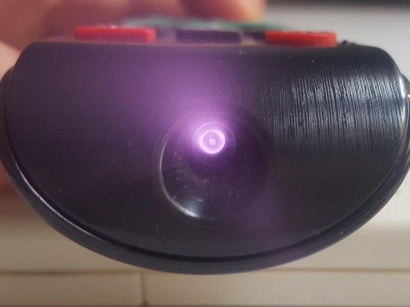Los mandos a distancia por infrarrojos tienen un diodo led emisor en la parte delantera, que normalmente está a la vista pero a veces está tapado, con el que se apunta al equipo receptor correspondiente. Puede probarse con el aparato que maneja pero conviene conocer otros métodos de prueba: