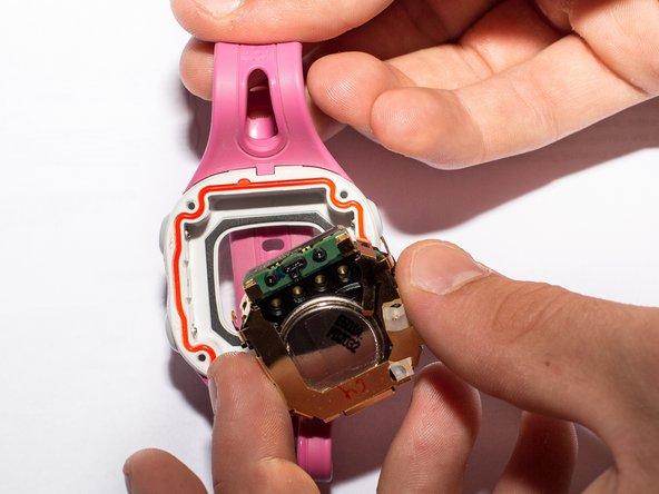 Metti l'orologio in posizione rovesciata e solleva dall'orologio il pannello posteriore.