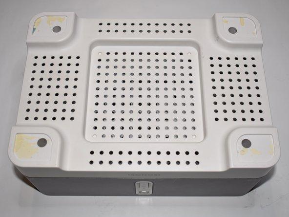 Für einen besseren Stand und um die Antenne nicht zu beschädigen lege den unteren Deckel wieder auf und drehe das Gerät um.