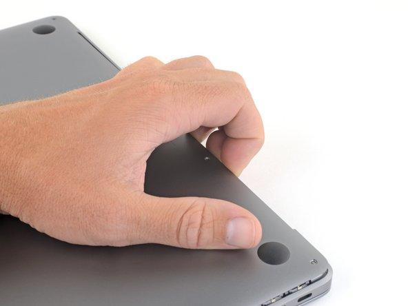 Zwänge deine Finger zwischen das Display und das Gehäuseunterteil und ziehe nach oben, so dass sich das Gehäuseunterteil vom Air ablöst.