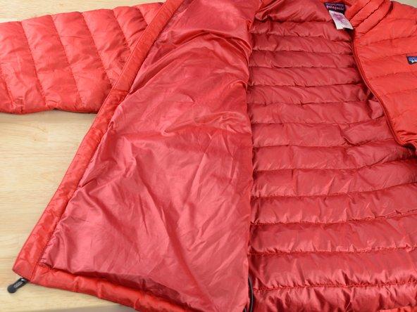 Reißverschluss der Patagonia®-Jacke öffnen.