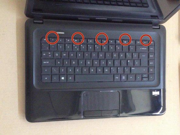 Le clavier est maintenu en place par 5 clips de verrouillage.