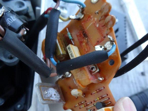 In Bild 1 sind drei der vier Bauteile ausgelötet. Der Triac ist verschraubt, beachte auch die Wärmeleitpaste. Bringe später am Neuteil wieder Wärmeleitpaste an.