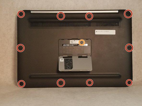 Utiliser un tournevis Torx T5 pour retirer les vis le long du bord du capot arrière.