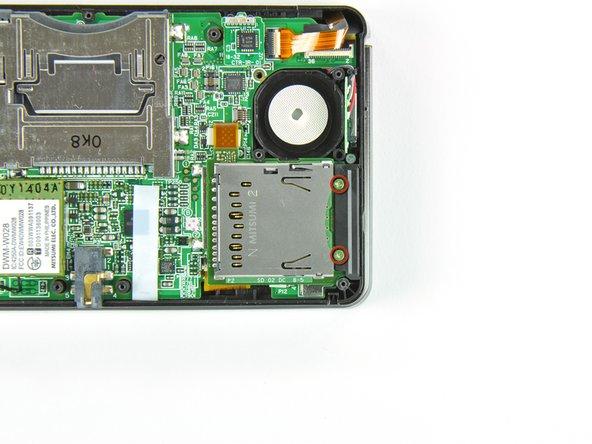 Svita le due viti a croce Phillips da 4,5 mm che fissano la scheda del lettore SD alla scheda madre.