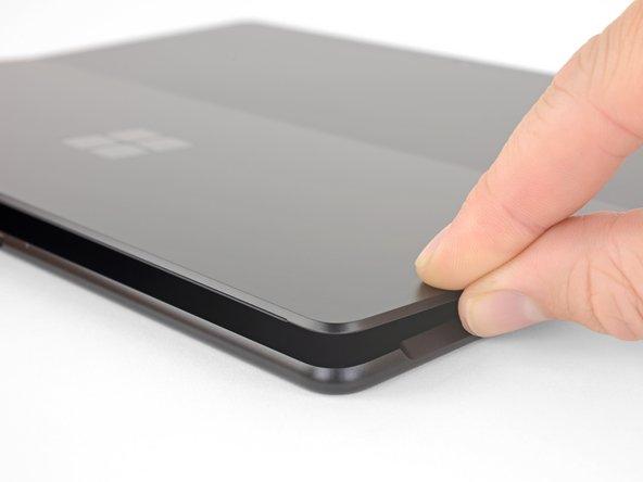 Schalte dein Surface Pro X aus und lege es mit dem Display nach unten auf eine weiche Oberfläche.