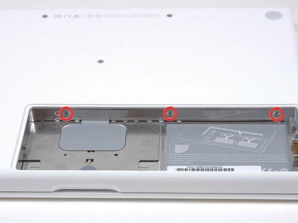 本体の後側にあるバッテリーの仕切りに等間隔に配置された3本のPhillipsネジを外してください。