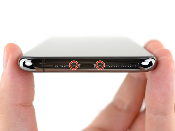 시작하기 전에 iPhone 배터리를 25% 밑으로 방전하세요. 충전된 리튬-이온 배터리에 실수로 구멍이 생기면 화재를 일으키거나 폭발할 수 있습니다.