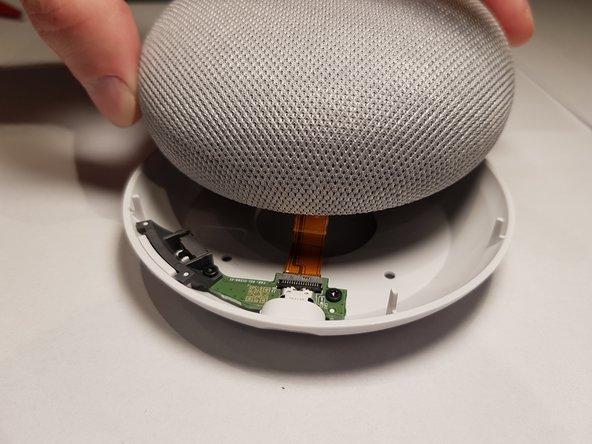 Nach dem du das Gerät umgedreht hast kannst du das mit Stoff überzogene Oberteil vorsichtig anheben.