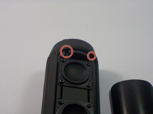 拧下将低音扬声器固定到位的两颗.5 mm螺丝。