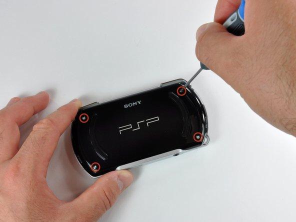 PSP Goの裏面に留められたプラスネジを4本外します。