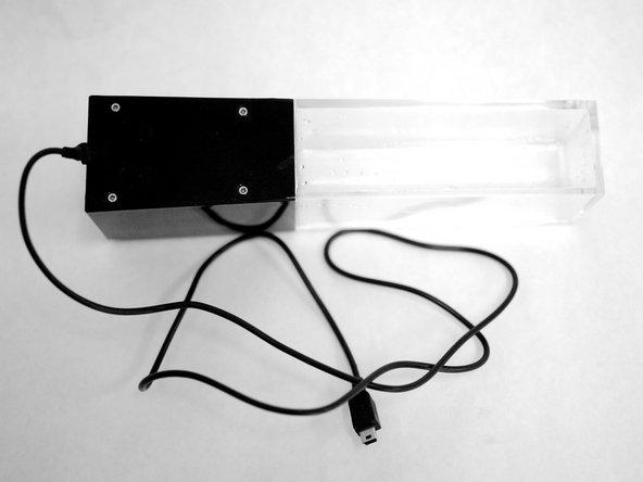 Entferne  die 4 Schrauben auf der Rückseite der Lautsprecher mit dem Kreuzschlitzschraubendreher.
