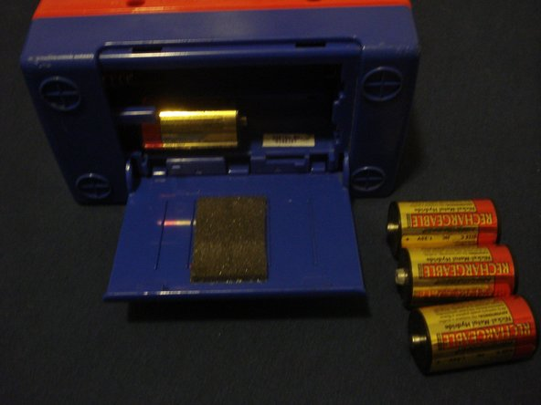 This model uses four C-cell batteries, these have been in here since I was 10, hmmm... wonder if there's any juice left?