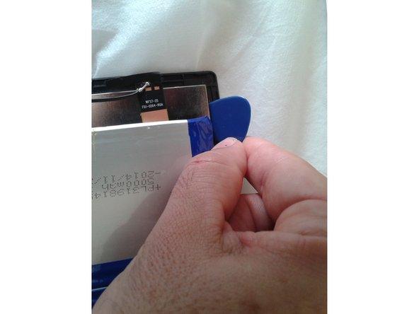 con cuidado , ya tenemos la placa base suelta del chasis del táctil, nos fijamos en las diversas muecas que unen el táctil con la pantalla LCD y con la púa y pequeños balanceo vamos haciendo presión para separar tactil y pantalla LCD .