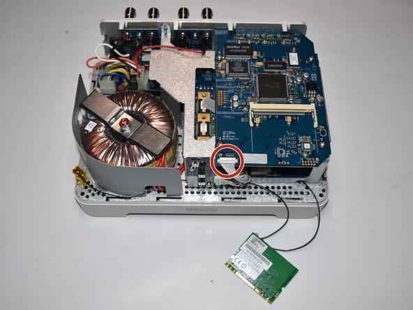 Ziehe den 10-Pin Flachstecker gerade in Richtung der Vorderseite des Gerätes ab.