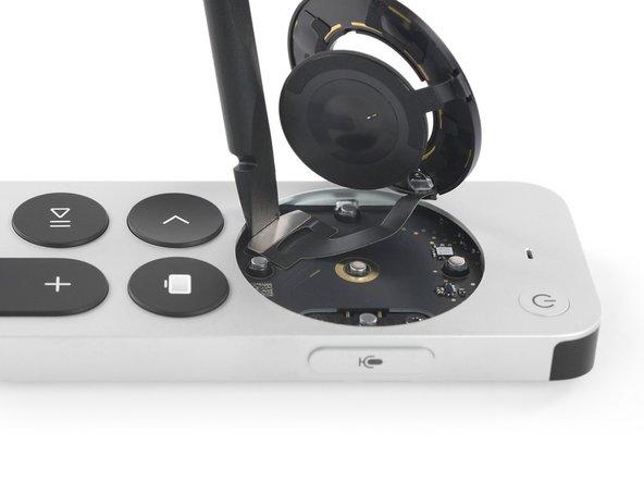 Comenzando con un procedimiento de apertura similar al de un iPhone, retiramos dos tornillos P2 Pentalobe del borde inferior de la varilla de aluminio.